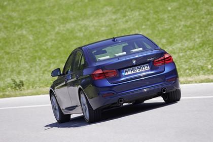 BMW 3er Limousine F30 Aussenansicht Heck seitlich dynamisch blau