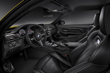 BMW M4 Coupe F82 Innenansicht Einstieg Fahrerseite Studio statisch schwarz