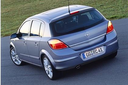 Opel Astra H 5Türer Aussenansicht Heck schräg statisch silber