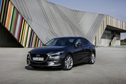 Mazda 3 BM Viertürer Aussenansicht Front schräg statisch grau