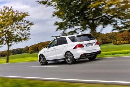 Mercedes-AMG GLE W166 Aussenansicht Heck schräg dynamisch weiss