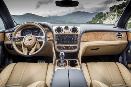 Bentley Bentayga Innenansicht statisch Vordersitze und Armaturenbrett