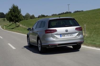 VW Passat B8 Alltrack Aussenansicht Heck schräg dynamisch silber