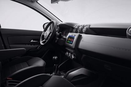 Dacia Duster SR Innenansicht statisch Studio Vordersitze und Armaturenbrett beifahrerseitig