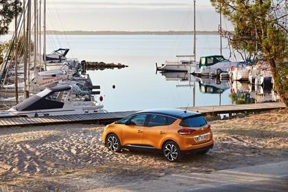 Renault Scenic RFA Aussenansicht Seite schräg statisch orange
