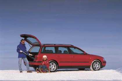 VW Passat Variant B5 Aussenansicht Seite schräg statisch rot