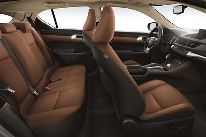 Lexus CT 200h Innenansicht statisch Studio Rücksitze Vordersitze und Armaturenbrett beifahrerseitig