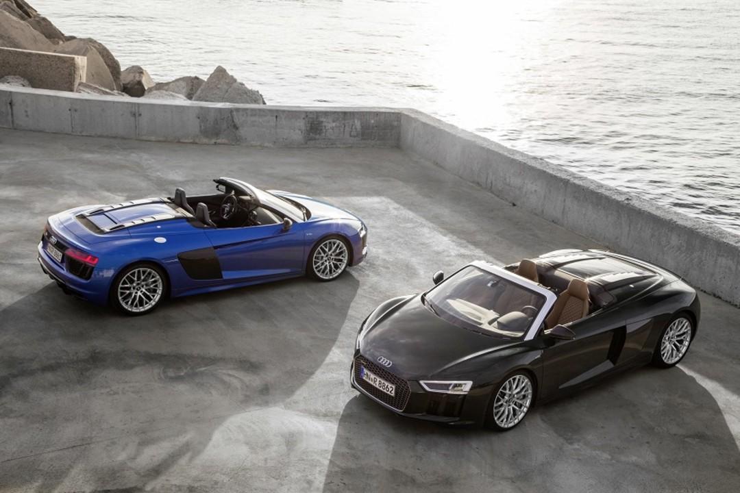Audi R8 Spyder Aussenansicht Zwei Modelle Erhoht Statisch Braun Blau