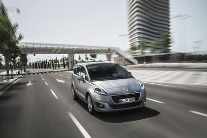 Peugeot 5008 Van Aussenansicht Front schräg dynamisch silber