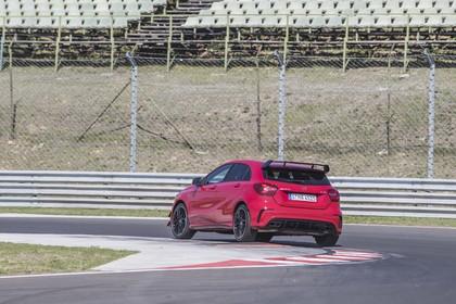 Mercedes-AMG A 45 W176 Aussenansicht Heck schräg dynamisch rot