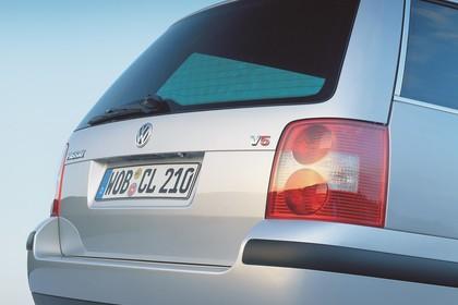 VW Passat Variant B5 Facelift Aussenansicht Heck schräg statisch Detail Rückleuchte rechts silber