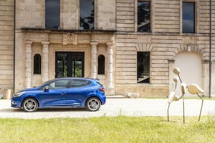 Renault Clio 4 Aussenansicht Seite statisch blau