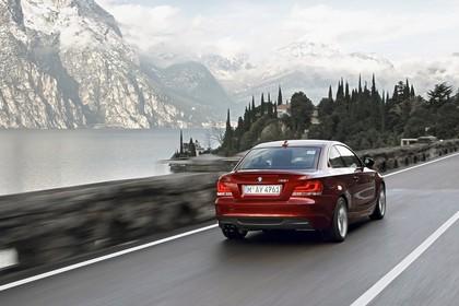 BMW 1er Coupé E82 LCI Aussenansicht Heck schräg dynamisch rot