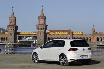 VW Golf 7 GTE Aussenansicht Heck schräg statisch weiss