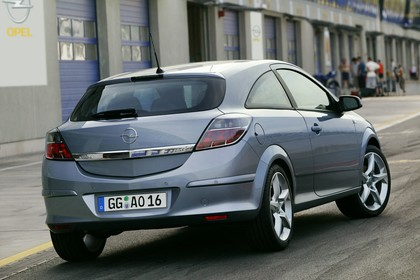 Opel Astra GTC 3Türer Aussenansicht Heck schräg statisch silber