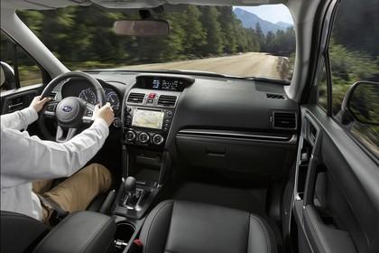 Subaru Forester IV SJ Innenansicht dynamisch Vordersitze und Armaturenbrett beifahrerseitig