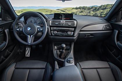 BMW 2er M2 Coupe F87 Innenansicht zentral statisch schwarz