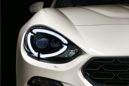 Fiat 124 Spider Aussenansicht Front statisch Studio Detail Scheinwerfer rechts