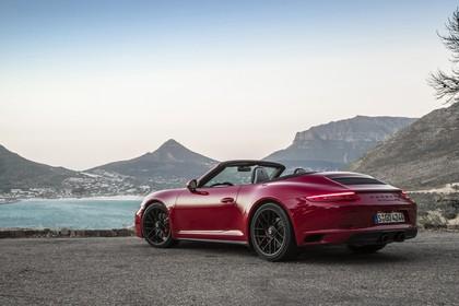Porsche 911 Carrera GTS Cabriolet 991.2 Aussenansicht Heck schräg statisch rot