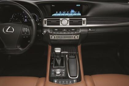 Lexus LS XF40 Innenansicht statisch Studio Vordersitze und Armaturenbrett