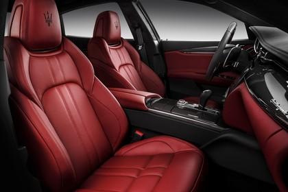 Maserati Quattroporte Innenansicht statisch Studio Vordersitze und Armaturenbrett beifahrerseitig