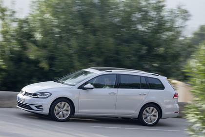 VW Golf 7 Variant Facelift Aussenansicht Seite dynamisch weiss
