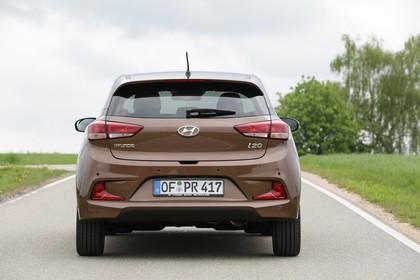 Hyundai i20 Coupe GB Aussenaussicht Heck statisch braun