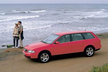 Audi A4 Avant B5 Aussenansicht Seite schräg statisch rot