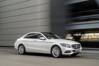 Mercedes C-Klasse W205 Aussenansicht Front schräg dynamisch weiss