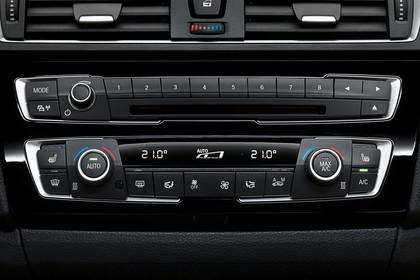 BMW 1er Dreitürer F21 Innenansicht Detail Mittelkonsole statisch schwarz