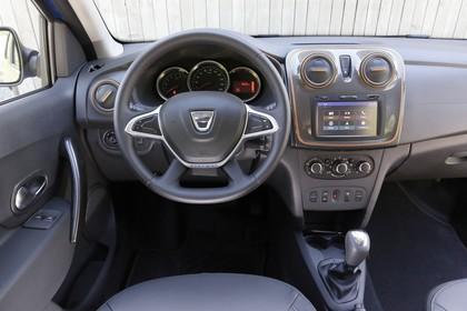 Dacia Logan MCV Stepway K8 Innenansicht statisch Vordersitze und Armaturenbrett fahrerseitig