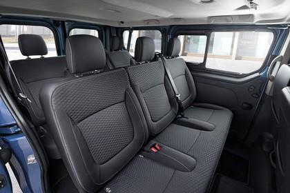 Opel Vivaro Kombi X82 Innenansicht statisch 2. und 3. Sitzreihe beifahrerseitig