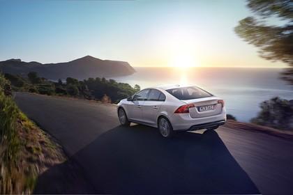 Volvo S60 F Aussenansicht Heck schräg dynamisch weiss