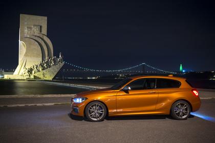 BMW 1er Dreitürer F21 M135 Aussenansicht Seite statisch orange