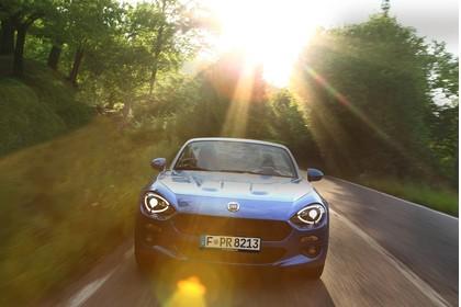 Fiat 124 Spider Aussenansicht Front dynamisch blau