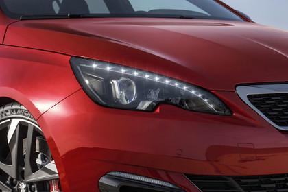 Peugeot 308 GTi T9 Aussenansicht Front schräg statisch Detail Scheinwerfer rechts rot