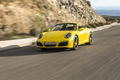 Porsche 911 Carrera S Cabriolet 991.2 Aussenansicht Front schräg dynamisch gelb