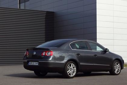 VW Passat Limousine B6 Aussenansicht Heck schräg statisch grau