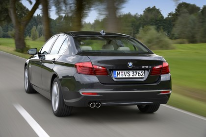 BMW 5er Limousine F10 AussenansichtHeck schräg dynamisch schwarz