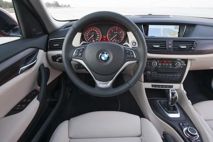 BMW X1 E84 LCI Innenansicht statisch Vordersitze und Armaturenbrett fahrerseitig