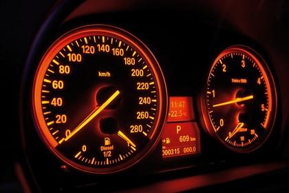 BMW 3er Limousine Innenansicht statisch Studio Detail Tacho