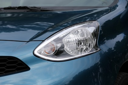 Nissan Micra K13 Aussenansicht Front schräg statisch Detail Scheinwerfer links blau