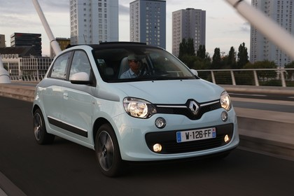 Renault Twingo III Aussenansicht Front schräg dynamisch blau