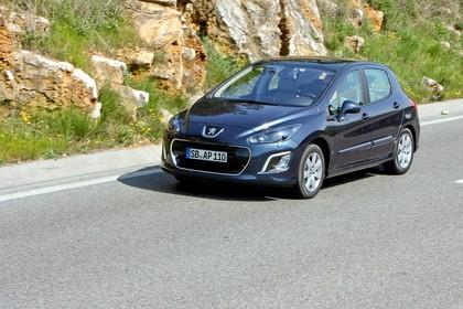 Peugeot 308 Fünftürer Facelift Aussenansicht Front schräg dynamisch blau