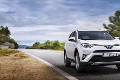 Toyota RAV4 (XA4) Aussenansicht Front schräg dynamisch weiß