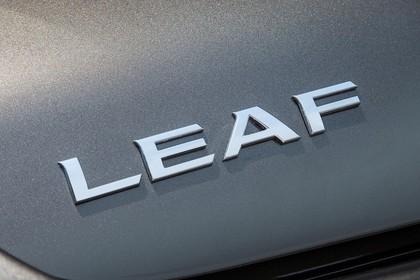 Nissan Leaf ZE0 Aussenansicht Heck statisch Detail Leaf Abzeichen
