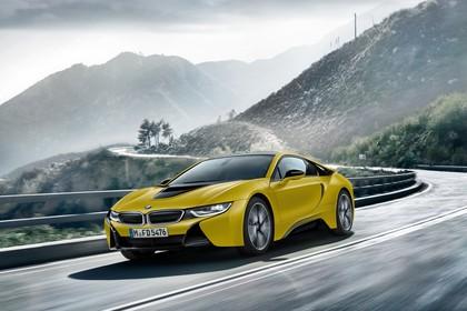 BMW i8 Aussenansicht Front schräg dynamisch gelb