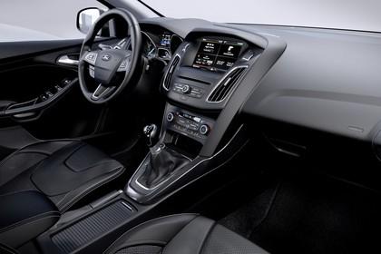 Ford Focus Schrägheck Mk3 Innenansicht Vordersitze und Armaturenbrett beifahrerseitig