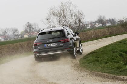 Audi A4 allroad quattro Aussenansicht Heck dynamisch dunkelgrün