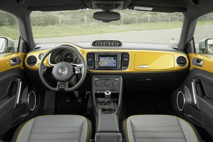 VW Beetle Innenansicht zentral statisch grau gold